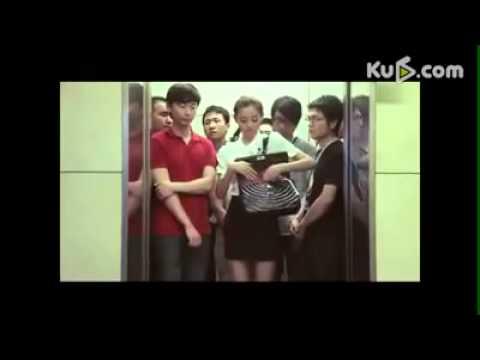cô gái cởi hết quần áo khi đi thang máy
