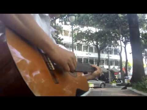 Ca sĩ đường phố chơi guitar cực đỉnh tại CV 30/4