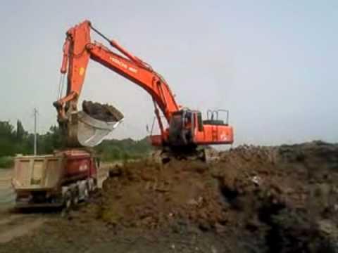 Escavatore Hitachi 460 che carica un camion.avi