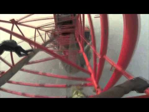 Deux hommes araignées sur le toit du monde urbain