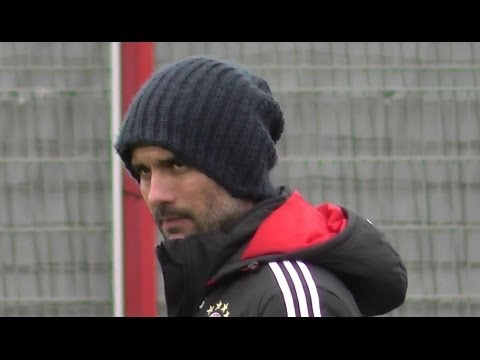 Pep Guardiola looking angry while Arjen Robben fooling around - FC Bayern Munich