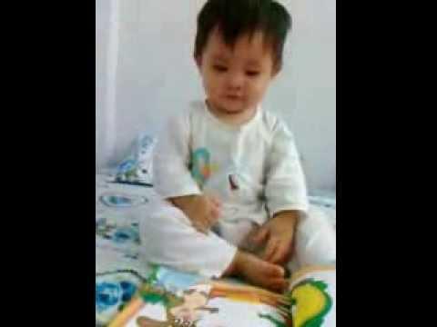 Thần đồng 7 tháng tự dịch sách tiếng Việt sang tiếng Lào