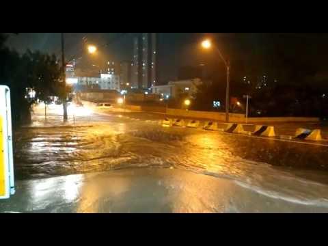 Vídeo Vídeo: Chuva alaga avenida São Carlos perto da Rodoviária