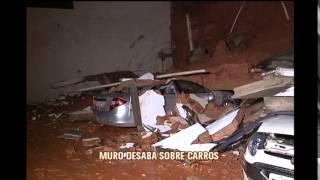 Muro desaba sobre carro em pr�dio no bairro Planalto