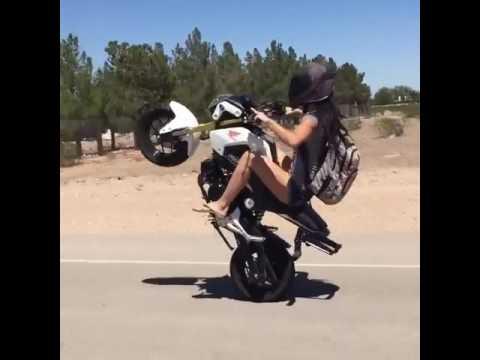 Em gái xinh đẹp bốc đầu xe máy