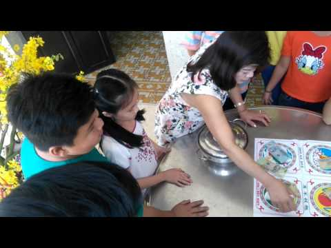 063 Funny Vietnamese game in The First of Tet holiday-  Mùng 1 Tết thử vận với lẩu Bầu Cua Cá Cọp-