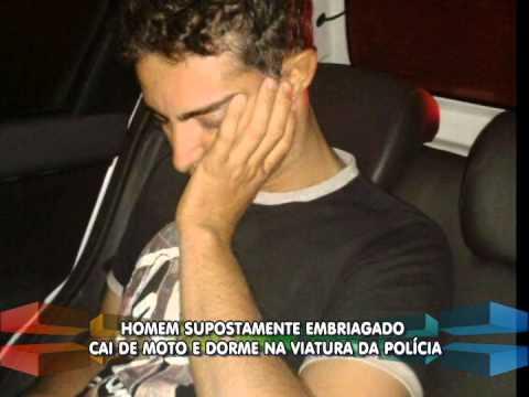 Homem supostamente embriagado cai de moto e dorme na viatura da PM, em Patos