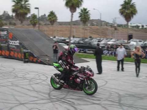 moto de pista haciendo trucos