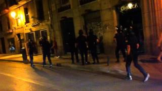La Policia Pega A Una Menor Y A Un Periodista (Video