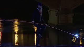 فيديو مغامر إيطالي يقطع نهرا في روما مشيا وفق حبل | قنوات أخرى