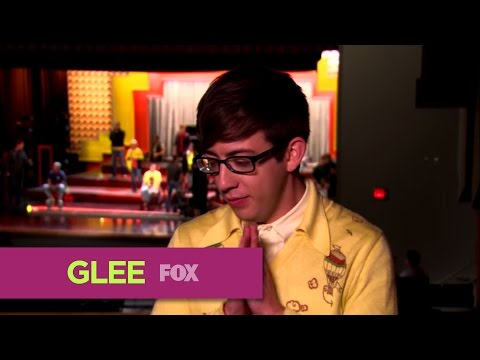 Glee Welcomes Katey Sagal  as Artie&#39;s Mom -Video 