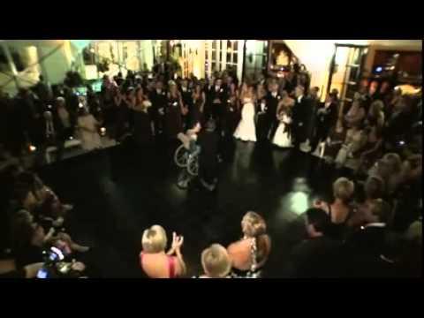 Dançando na cadeira de rodas no casamento do filho (comovente)