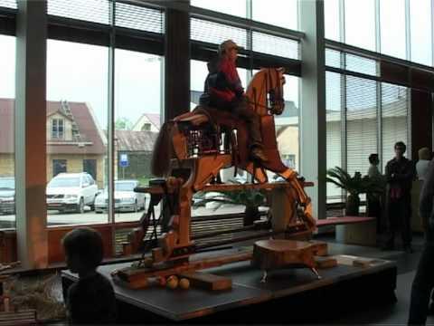 Смотреть видео В Вентспилсе размещена большая лошадка-качалка