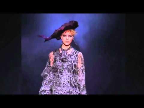 John Galliano ➤ Fall/Winter 2012/2013 Detailed Version, HD (720p) Full Fashion Show (10'15) http://www.youtube.com/watch?v=pCTauf48vLY HD (720p) Full Fashion Show Detailed (11'02) http://www.youtube.com/watch?v=A8...