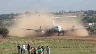 南アフリカのプレトリアの飛行場。滑走路が土なので煙がすごい。