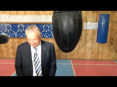 Мэр Донецка бьет боксерскую грушу