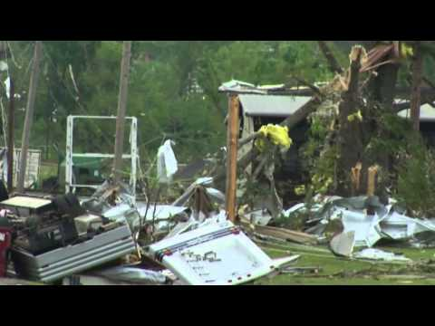 U.S. tornadoes: deadly storms rip through U.S.