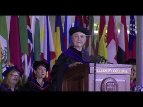 毕业48年 希拉里再回母校演讲 提到败选说了实话