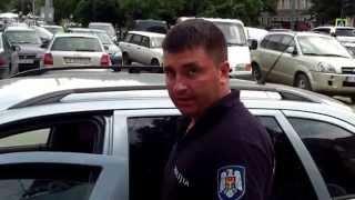 Polițist în uniformă, pretinde că mașina lui e viață privată