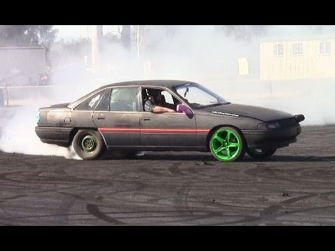 Burnout Vn V6 Commodore at Madaz 21.9.2013