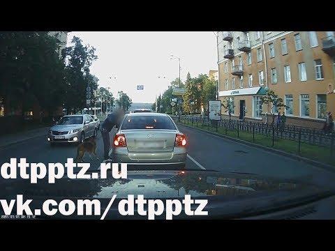 На проспекте Ленина пешеход устроил драку с болельщиками
