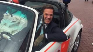 /Minister-President Mark Rutte rijdt een Porsche!