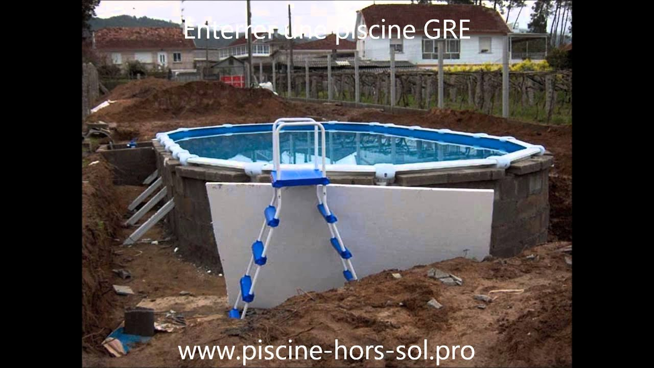 Enterrer une piscine gre youtube for Piscine structure bois semi enterree