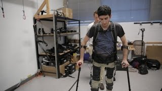 CNET : Watch this robotic exoskeleton help a paralyzed man walk