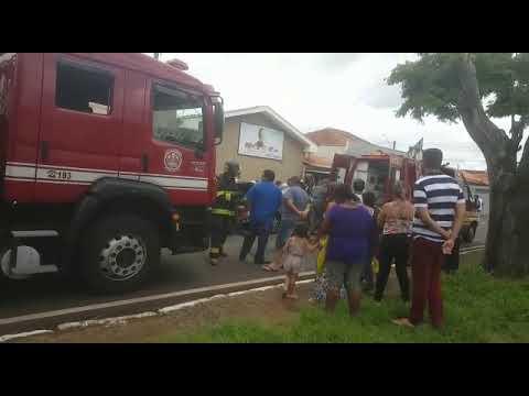 Bombeiros atendem as vítimas de acidente na Eliza Verzola