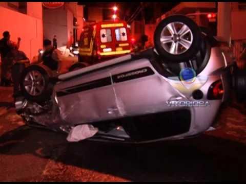 Carro fica capotado após acidente no Centro de Uberlândia
