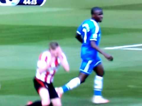 Ramires agride jogador do Sunderland | Ramires mugs Sunderland player