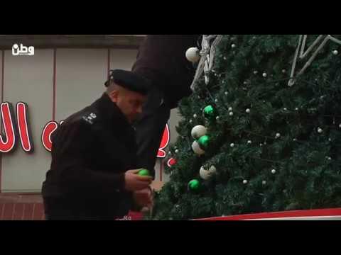 بعد تخريبها ليلة رأس السنة .. شجرة رام الله تستعيد زينتها