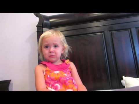 Слатко мало девојче многу сака нејзината новородена братучетка да дојде на нејзината роденденска забава