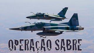 O programa leva você para dentro da Operação Sabre, realizada pela Força Aérea Brasileira em Anápolis (GO). Aeronaves de transporte, caça e remotamente pilotadas operam em conjunto para treinar as táticas mais modernas de combate.
