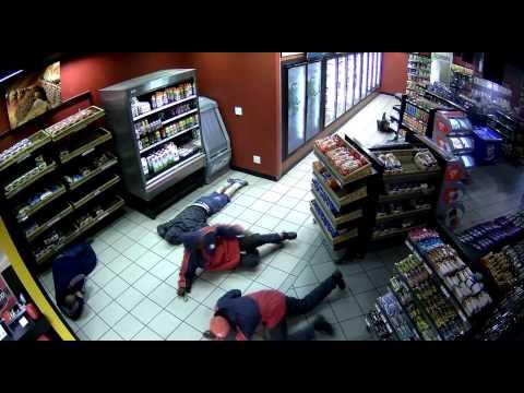 شاهد كيف قامت عصابة ملثمين ومسلحين بالسطو على محطة وقود