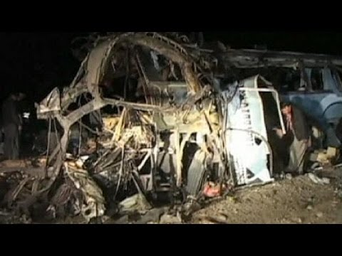 More than 20 dead in Shi'ite pilgrim bus bomb in Pakistan