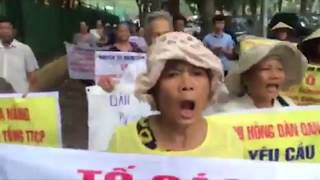 Dân Oan biểu tình bất ngờ bao vây cổng phủ Thủ Tướng Nguyễn Xuân Phúc bị công an tấn công bắt đi