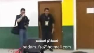 شوفو شجاعة صدام حسين يرفض ان يمسك بيده رافضي