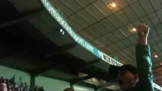 zesjarige Celtic-supporter zorgt voor sfeer...