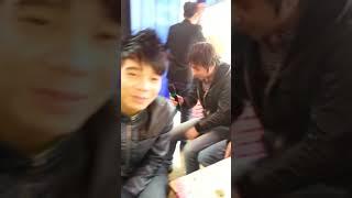 Tập thể người yêu cũ hát tặng cô dâu và chú rể, nhìn mặt cô dâu biểu cảm quá =))