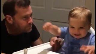 Bebé rie con su papá cuando hace beatboxing