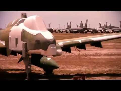 Lái xe  ngang nghĩa địa máy bay quân sự lớn nhất thế giới