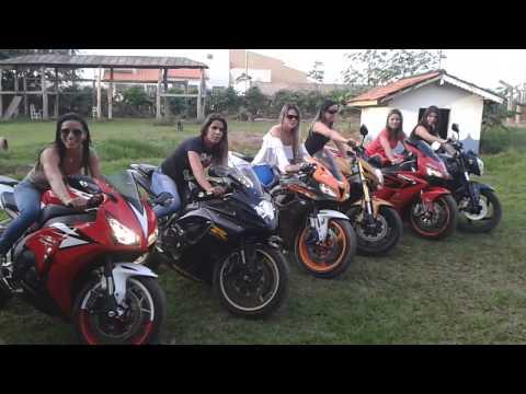 Mulheres lindas acelerando motos em pedra preta