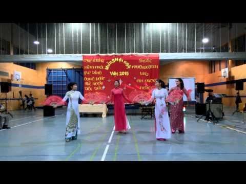 Điệu múa quạt của đội múa Illertissen-Ulm với bài hát Thương Quá Việt Nam