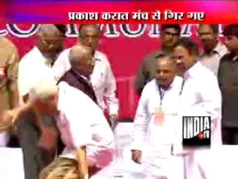 CPM Secretary Prakash Karat falls from stage during Third Front meet