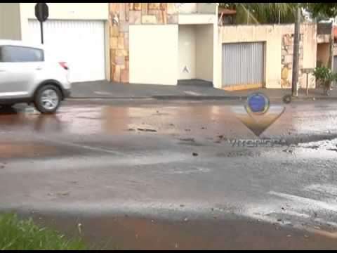 Desperdício de água em bairro nobre de Uberlândia