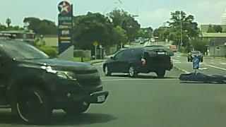 بالفيديو...سقوط جثة على نقالة من سيارة لنقل الموتى عند ملتقى طرق مزدحم |