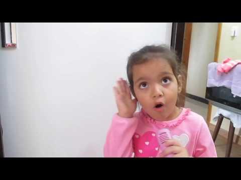 canta muito essa menina com apenas 4 anos, o hino (meu barquinho) vejam..