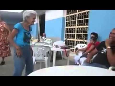 A avózinha que sabe dançar salsa, com alegria, melhor que todos nós
