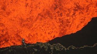 Homem arrisca a vida para capturar imagens de um vulcão ativo!